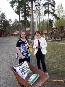 """Kuvasssa Pirjo ja Sari pihalla """"Kevätpuuhissa"""" (Kuva: Kaija Hartikainen)"""